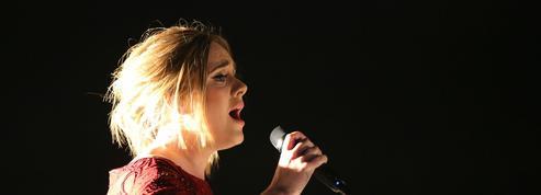 Adele parle plus qu'elle ne chante à Paris-Bercy