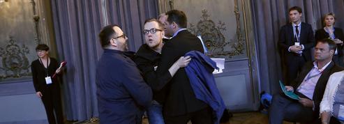 À Nancy, Macron chahuté par un manifestant qui voulait lui offrir un bleu de travail
