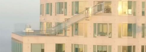 Un toboggan en verre au sommet d'une tour à Los Angeles