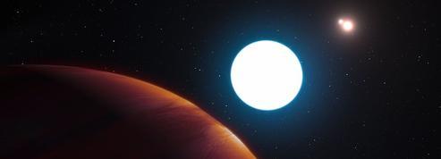 Une planète géante cernée par trois soleils