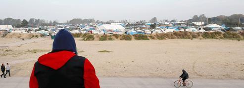 À Calais, des milliers de migrants s'apprêtent à rejoindre les régions