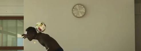 Blessé, Mario Balotelli s'entraîne torse-nu dans son salon