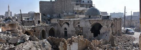 Syrie : le régime resserre son étau à Alep mais perd du terrain à Palmyre