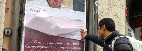 Des affiches anti-pape François sur les murs de Rome