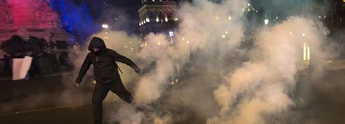 Voiture de police brûlée: mise en examen de huit suspects aux profils hétéroclites