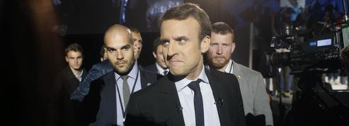 Macron accueilli par Raffarin dans le Poitou