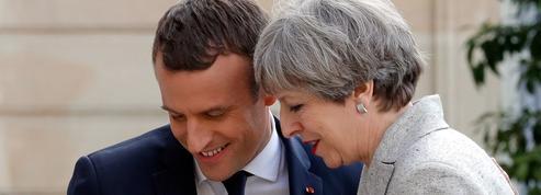 Fragilisée, May cherche le soutien de Macron à Paris