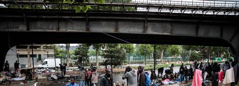 À Paris, 1000 migrants dorment aux alentours du centre de premier accueil