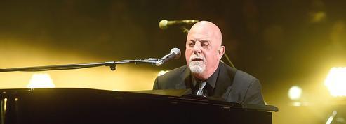 Billy Joel arbore une étoile jaune lors de son concert pour protester contre Trump