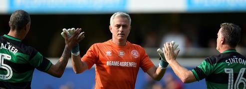 Mourinho enfile les gants et se mue en gardien de but lors d'un match de charité