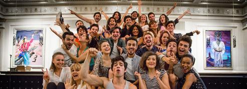 Grease :dans les coulisses de la comédie musicale au théâtre Mogador