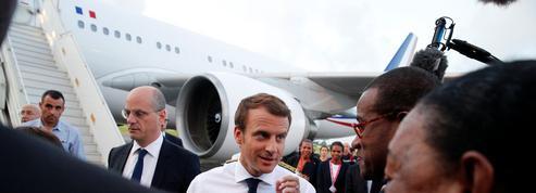 Aux Antilles, Macron défend l'action de l'exécutif face à Irma