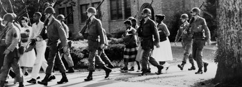 Little Rock 1957 : les lycéens afro-américains sont escortés par les paras