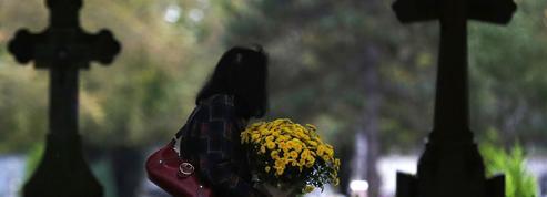 Toussaint : une start-up permet de fleurir les tombes à distance