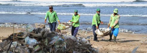 Les déchets qui jonchent les plages de Bali ternissent le paysage