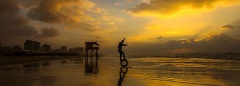 La pause photo du jour : le jeune, le pneu et la lumière de la plage de Gaza