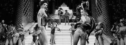 Les meneuses de revuedonnent du jeu de jambes à Paris