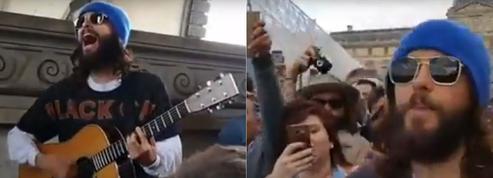 Jared Leto improvise un concert dans la cour du Louvre pour ses fans parisiens