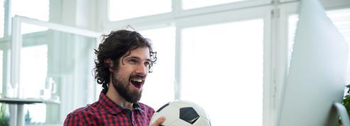 Les salariés qui regardent les matchs de foot dans leur entreprise joueront les prolongations
