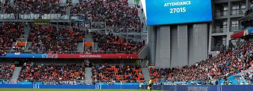 Les vertigineuses tribunes extérieures du stade où se jouera France-Pérou