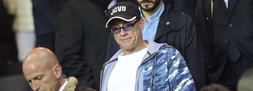 Jean-Claude Van Damme au coup d'envoi d'un match amical de rugby à la Rochelle