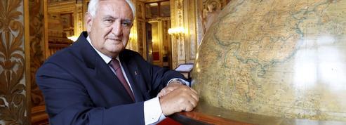 Pour Raffarin, «Macron est très seul et trop exposé»