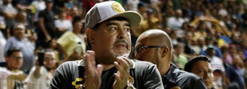 Maradona répond au téléphone pendant le match de son équipe
