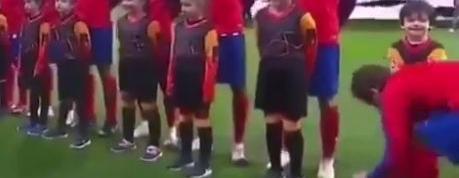 Le joli geste de Griezmann avec un enfant … pendant l'hymne de la Ligue des champions