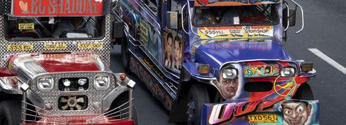 Aux Philippines, les jeepneys multicolores promis à la disparition