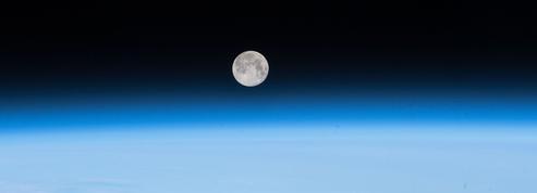 L'atmosphère de la Terre s'étend bien au-delà de la Lune