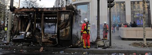 «Gilets jaunes»: incompréhension après les attaques de kiosques à journaux sur les Champs-Élysées