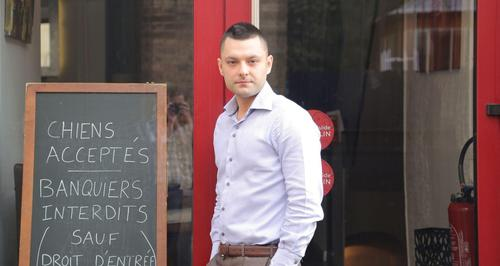 Si le visage d'Alexandre Callet vous est familier, c'est en partie parce que cet entrepreneur avait fait le «buzz» avec son ardoise «Chiens acceptés, banquiers interdits», en février 2016. Crédits Photo: Pauline Chateau / LE FIGARO.