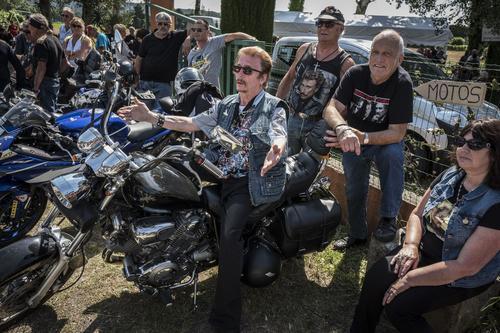 Les fans défilent autour de la statue de Johnny Hallyday — Viviers