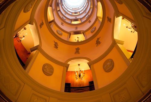 L'atrium de L'Hotel orné de médaillons figurant les arts.