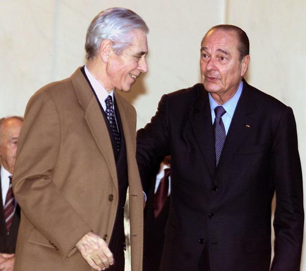 Yves Guéna, alors président du Conseil constitutionnel, avec Jacques Chirac en 2001.