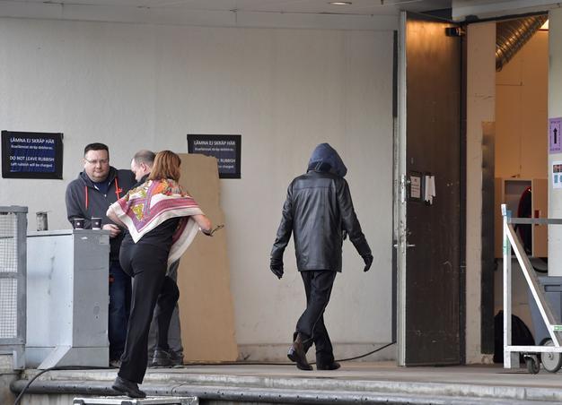 Une personne supposée être Bob Dylan devant l'entrée des artistes de la salle du Stockolm Waterfront, hier soir.