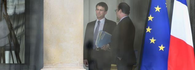 François Hollande et Manuel Valls en discussion sur le perron de l'Élysée, lundi après-midi.