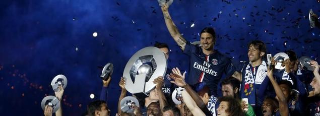 Au mileu de ses coéquipiers, Zlatan célèbre son troisième titre de champion de France.
