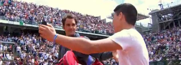Roger Federer face à un jeune fan qui s'est invité sur le court à la surprise générale.