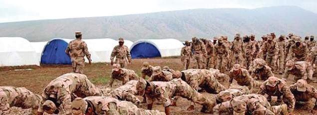 Des instructeurs turcs entraînent les combattants de la milice Hashd al-Watani dans un camp près de Mossoul.