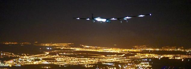 L'avion solaire survole Hawaï, peu avant son atterrissage vendredi matin.