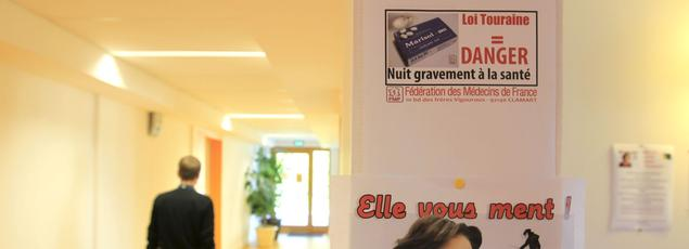 De Chalon-sur-Saône à Mâcon, en passant par Autun, les affichettes de Marisol Touraine affublée d'un nez de Pinocchio menteur et les appels à la manifestation ont fleuri sur les murs des salles d'attente.