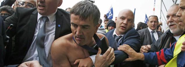 Xavier Broseta, le directeur des ressources humaines d'Air France, évacué ce lundi matin du CCE d'Air France, après avoir été pris à partie par des manifestants.