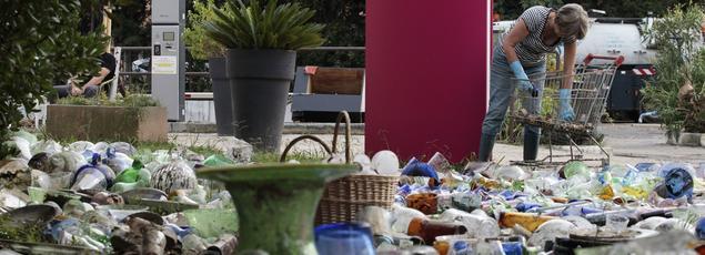 Des balais, des raclettes, des seaux, des pelles, des gants et des litres de savon: plusieurs dizaines de bénévoles se sont solidement armés pour aider les sinistrés, lundi matin, à Biot, l'un des villages des Alpes-Maritimes les plus touchés par les inondations du week-end.