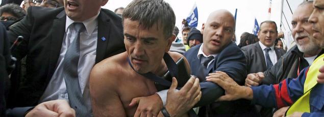 Xavier Broseta, DRH d'Air France, évacué par la sécurité.