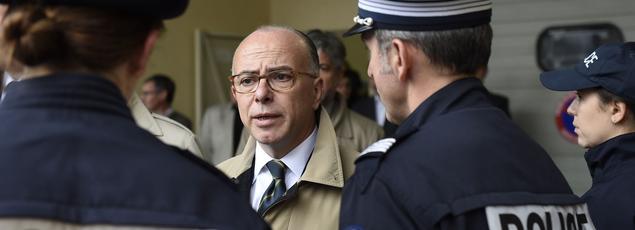 Bernard Cazeneuve en compagnie de policiers le 5 octobre dernier à Saint-Ouen.