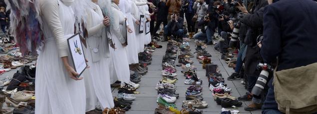 A cause de l'interdiction de manifester à Paris à la suite des attentats, des ONG ont installé des centaines de paires de chaussures Place de la République.