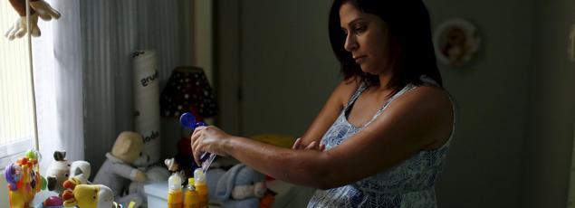 Gisele Felix, femme enceinte de 5 mois à Rio de Janiero, se protège contre les piqures de moustiques