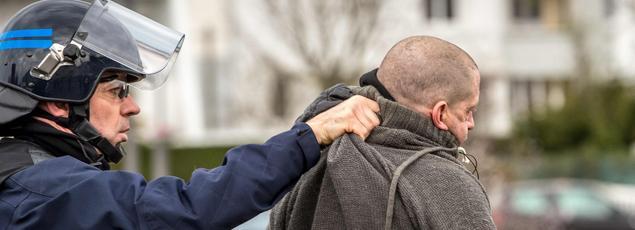 Un CRS arrêtant un manifestant samedi 6 février à Calais.