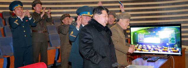 Kim Jong-Un assistant dimùanche au lancement de la fusée nord coréenne.